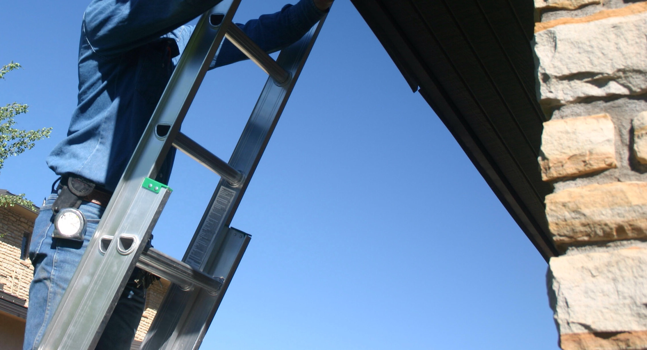 how to fix roof gutter